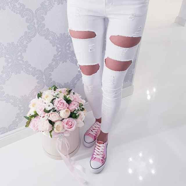 Lõhikutega valged püksid