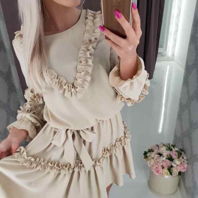 Beez volangidega kleit