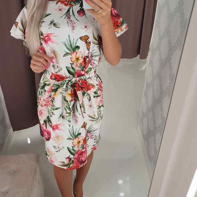 Kvaliteetne keskelt reguleeritava vööga kleit, taga peidetud lukk