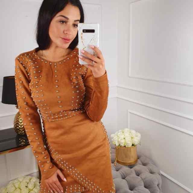 Kvaliteetne neetidega kaunistatud kleit