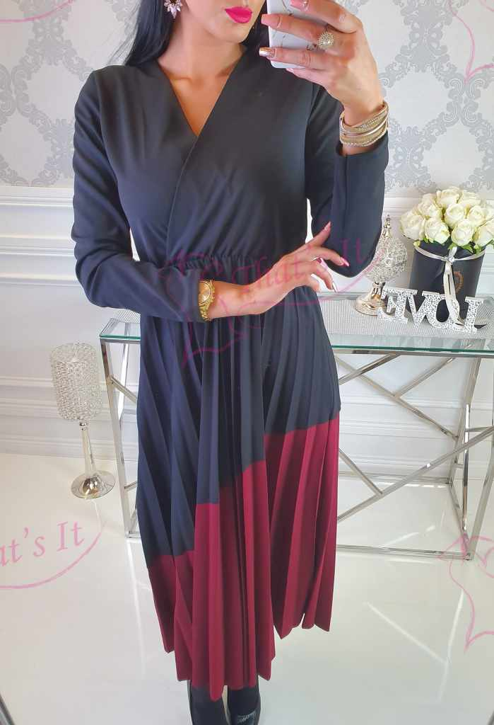 Naiselik V-kaelusega, pliseeritud seelikuosaga kleit