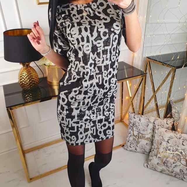 Naiselik kleit. Tagant on ühevärviline must