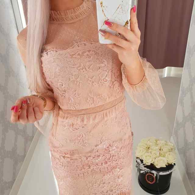 Kaunis pitsi ja tülliga kleit