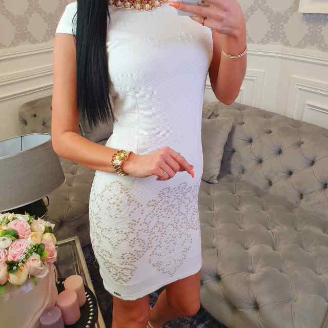Viisakas kaunistusega kehasse kleit