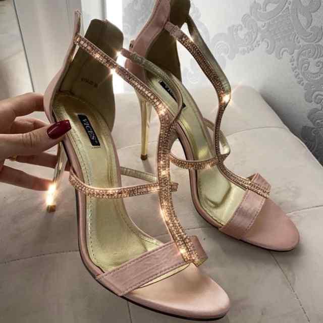 Roosad sädelevad kingad