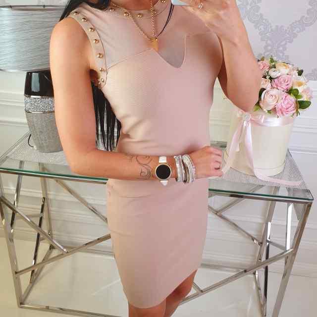 Vormiv kleit neetide ja tagant lukuga