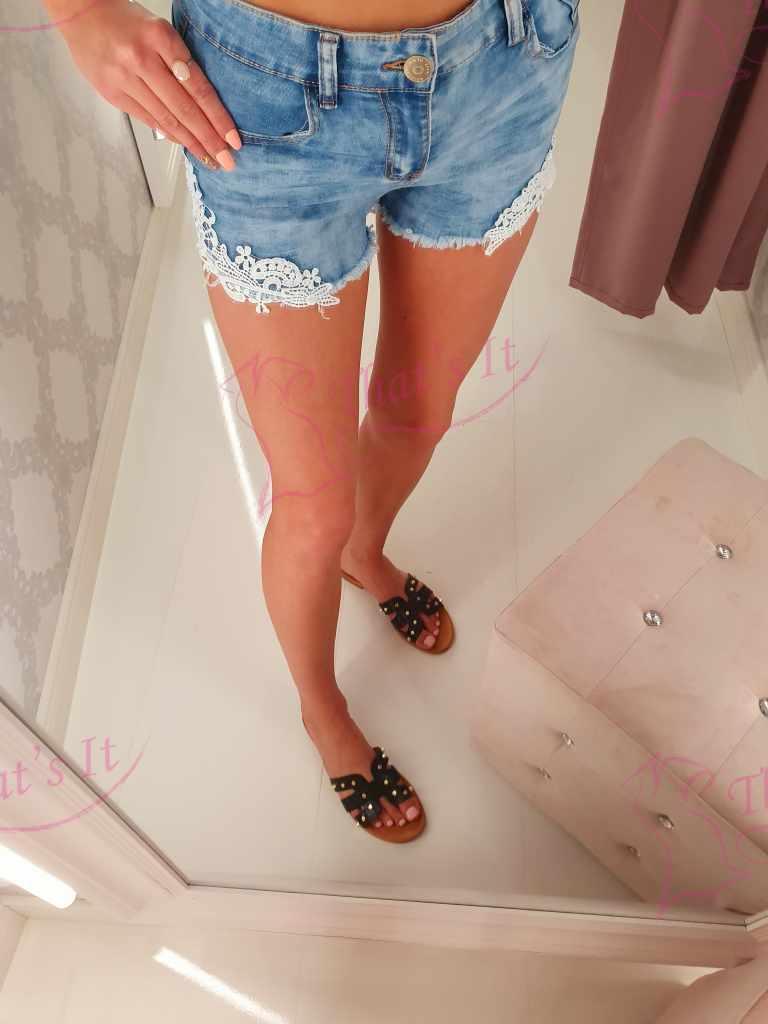 Lühikesed püksid pitsist kaunistusega