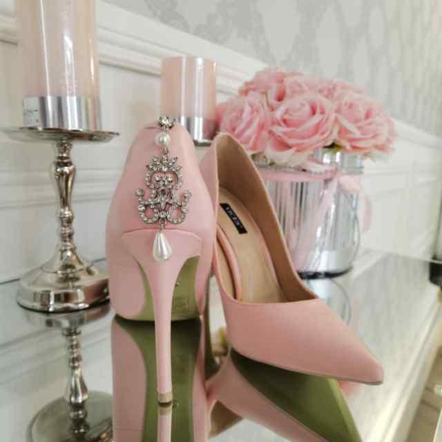 Tagant kaunistusega naiselikud kingad
