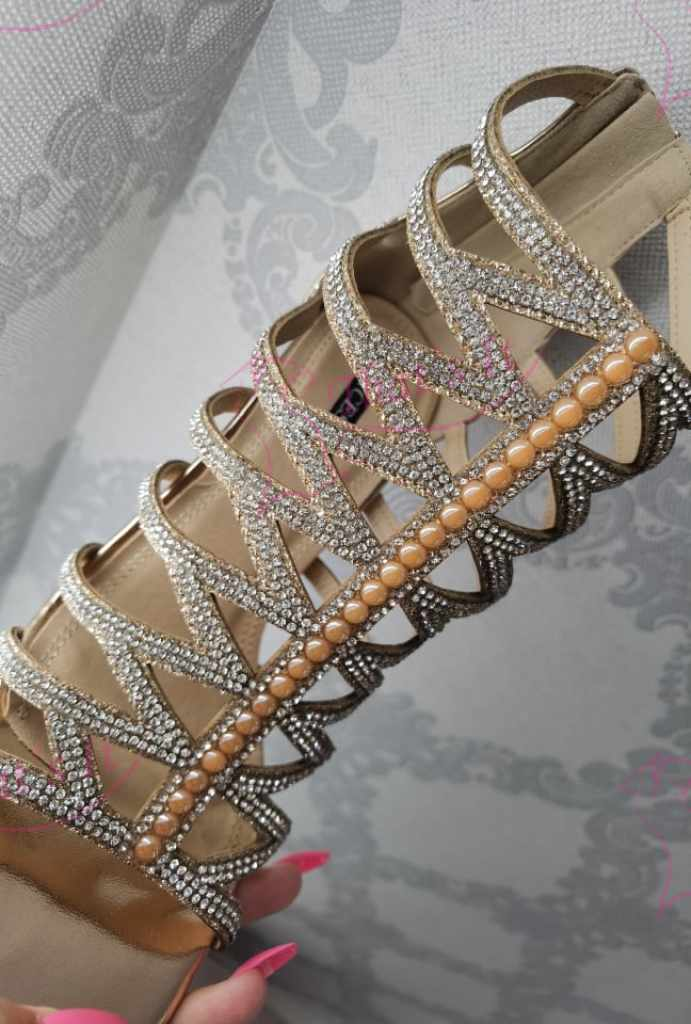 Champagne toonis pealt kivikestega kaunistatud ja tagant lukuga kingad
