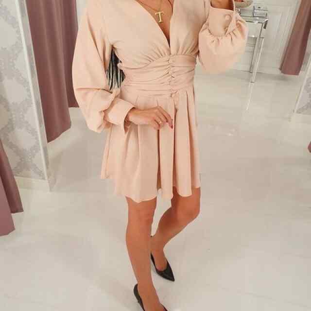V kaelusega kleit