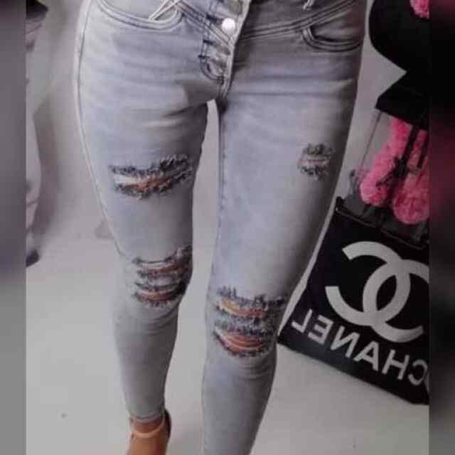 Nööpidega kinnitatavad lõhkised teksapüksid