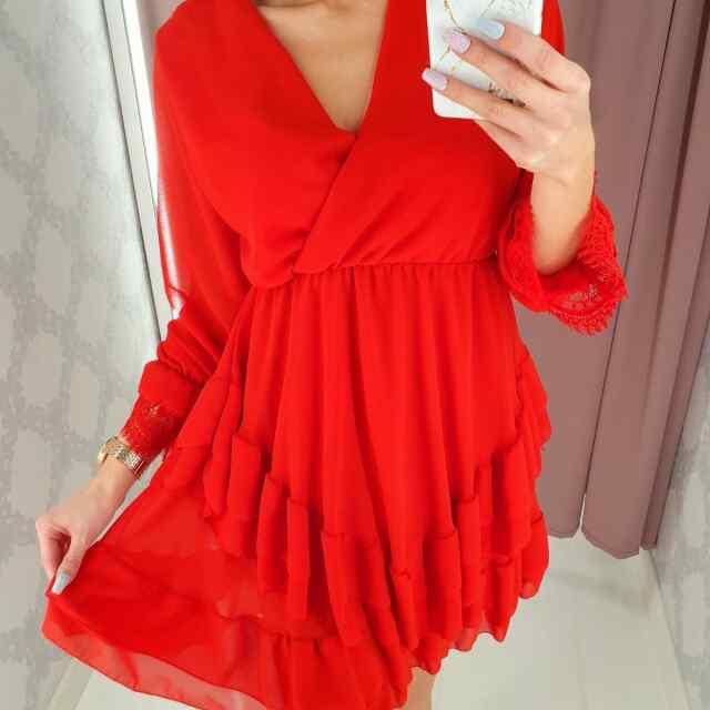 Lendlev aluskangaga V-kaelusega mugav kleit. Pitsist kaunistatud kàisteosaga!