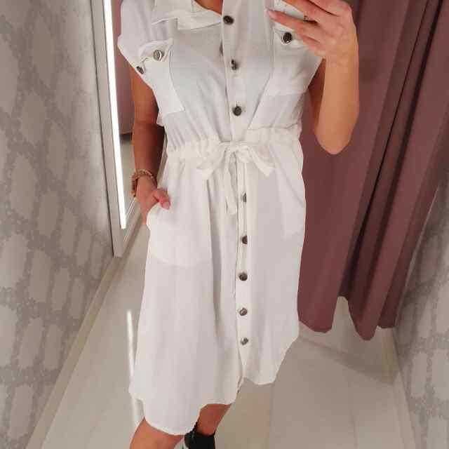 Pikem kleit eest nööpidega ja keskelt seotav