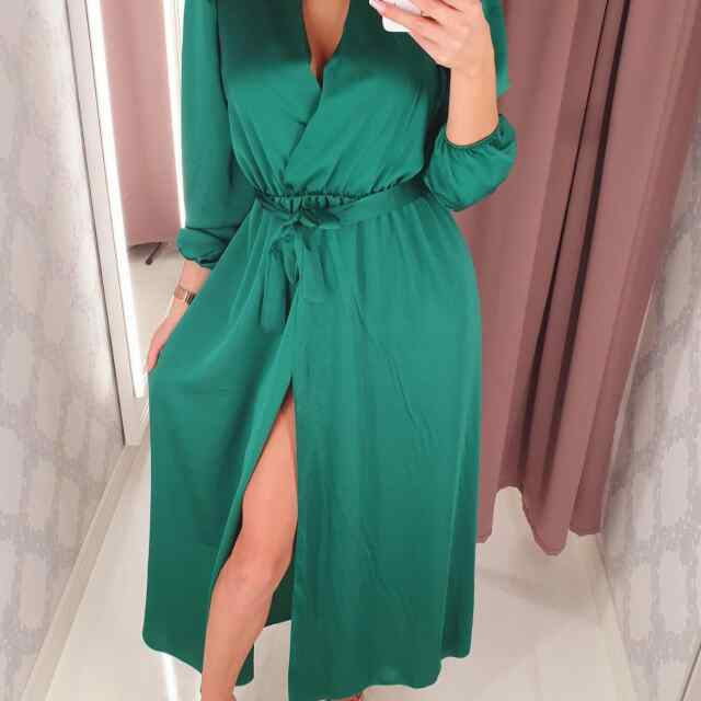 Keskelt paelaga seotav v-kaelusega pikem kleit lõhikuga